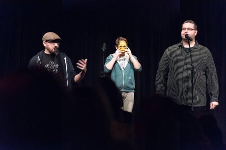 Wettstreit der Dichter: Poetry-Slam-Gewinner Sven Hensel (Mitte) und die Moderatoren David Grashoff (li.) und André Wiesler auf der Bühne